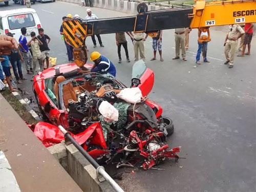 Siêu xe mui trần nát bấy khiến một người chết và một người bị thương. Ảnh: Time of India.