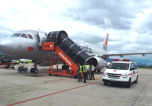 Xe cứu thương ứng trực cấp cứu hành khách bị ngất trên máy bay sáng 4/6. Ảnh: Xuân Hoa