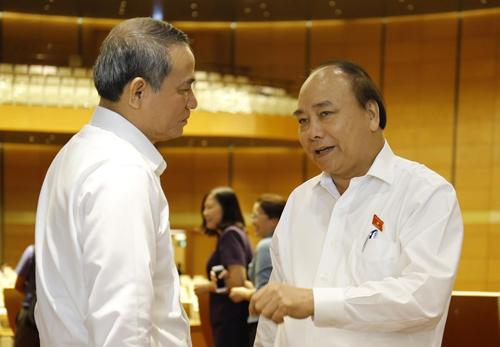 Thủ tướng Nguyễn Xuân Phúc trao đổi với Bí thư Đà Nẵng Trương Quang Nghĩa bên hành lang Quốc hội. Ảnh: Như Ý.
