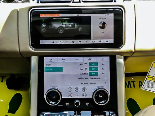 Hai màn hình cảm ứng ở khu vực điều khiển trung tâm.