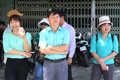 Nhiều người mặc màu áo xanh trùng với màu áo của bác sĩ Lương. Ảnh: Phạm Dự.