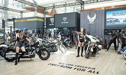 Ba gian hàng Harley-Davidson, Triumph và Royal Enfield.