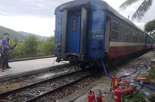 Toa số 3 được tháo rời với đoàn tàu để xử lý sự cố. Ảnh: Nguyễn Đông.