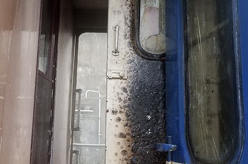 Kính vỡ, cửa ở toa 3 bị ám khói đen sau vụ hỏa hoạn. Ảnh: Nguyễn Đông.