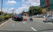 Pha đánh lái xuất thần của tài xế xe sang cứu hai mạng người
