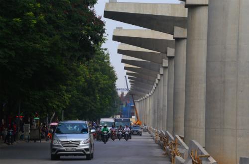 Đoạn trên cao đã thi công được khoảng 83%, hiện nay nhà thầu đang lắp dầm trên các tuyến đường Xuân Thuỷ, Cầu Giấy. Ảnh: Bá Đô
