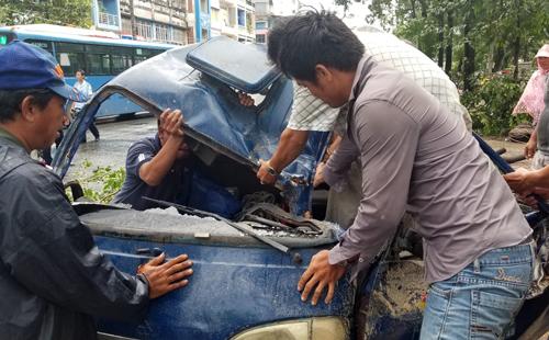 Xe tải bị đè dập nát phần đầu trên đường Hải Thượng Lãn Ông, quận 5. Ảnh: Sơn Hòa