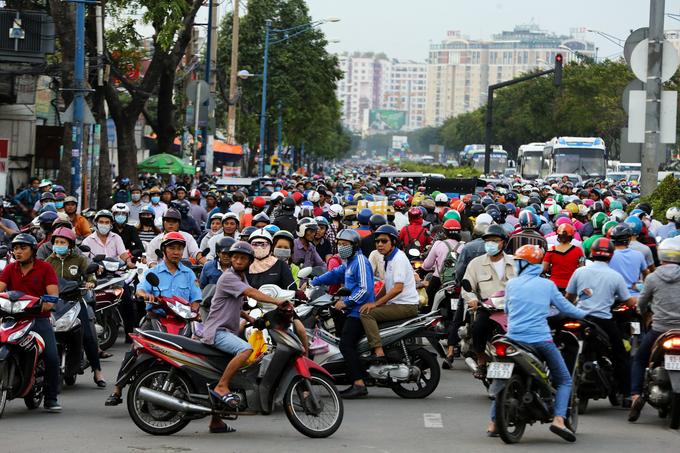 Cây ngã hàng loạt trong giông lốc, giao thông TP HCM rối loạn