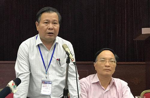 Phó Giám đốc Sở Giáo dục và Đào tạo Hà Nội Lê Ngọc Quang (bên trái) thông tin về việc lọt đề thi Ngữ văn. Ảnh: Đoàn Loan.