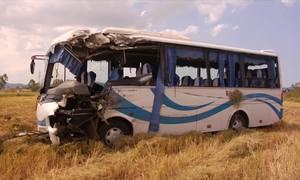 Xe khách lao xuống ruộng, 13 người bị thương