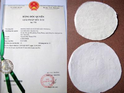 [Caption] Sản phẩm giấy và bằng sáng chế của ông Nguyễn Phúc Thanh. Ảnh: cesti.gov