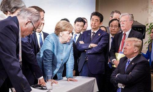 Bức ảnh Trump đối đầu với các lãnh đạo G7 tại Canada. Ảnh: CBS News.