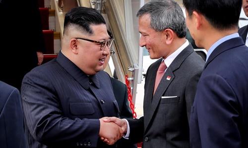 Ngoại trưởng Singapore Vivian Balakrishnan bắt tay lãnh đạo Triều Tiên Kim Jong-un. Ảnh: Facebook.