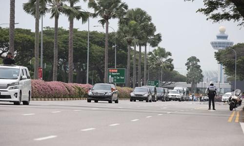 Đoàn xe hộ tống Kim Jong-un rời sân bay Changi, hướng về khách sạn St. Regis, nơi lãnh đạo Triều Tiên cùng phái đoàn nước này lưu trú trong thời gian ở Singapore. Ảnh: Straits Times.