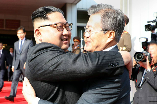 Lãnh đạo Triều Tiên Kim Jong-un (trái) ôm Tổng thống Hàn Moon Jae-in tại cuộc gặp lần hai ở khu vực phi quân sự liên Triều hồi cuối tháng 5. Ảnh: AFP.