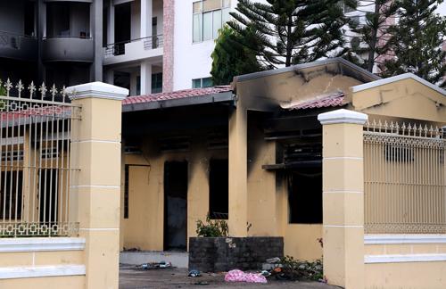 Nhiều dãy nhà trong trụ sở UBND Bình Thuận bị ném bom xăng cháy đen. Ảnh: Phước Tuấn.