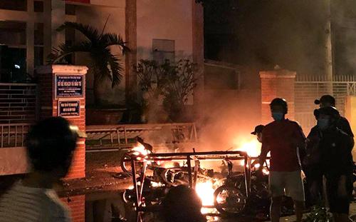 Nhiều người quá khích đốt khoảng chục xe máy trước cổng Sở Kế hoạch và Đầu tư tỉnh Bình Thuận
