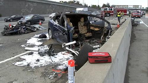 Hiện trường vụ tai nạn liên hoàn xuất phát từ chiếc Tesla. Ảnh: NTSB