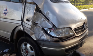 Ôtô 7 chỗ tông xe khách, một bé trai tử vong