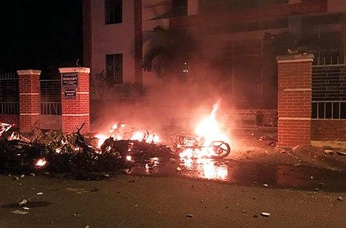 Cả chục xe máy bị đốt trước Sở Kế hoạch đầu tư Bình Thuận, bên cạnh UBND tỉnh.