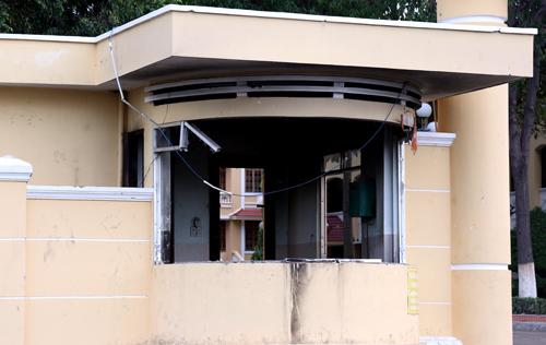 Vọng gác bảo vệ trụ sở UBND bị đập phá tan hoang. Ảnh: Phước Tuấn.
