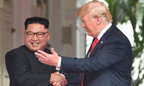 Kim Jong-un không che giấu nụ cười khi bắt tay Trump. Ảnh: AFP.