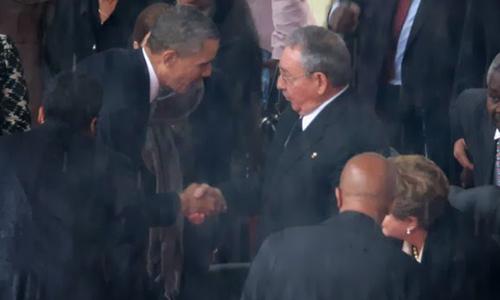 Cựu tổng thống Mỹ Barack Obama bắt tay cựu chủ tịch Cuba Raul Castro ngày 10/12/2013. Ảnh: AFP.