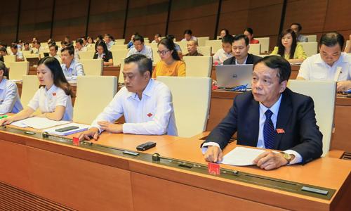 Ông Võ Trọng Việt (bìa phải), Chủ nhiệm Uỷ ban Quốc phòng An ninh, cơ quan thẩm tra dự án Luật An ninh mạng cùng các đại biểu tại phiên làm việc của Quốc hội sáng 12/6. Ảnh:Hoàng Phong