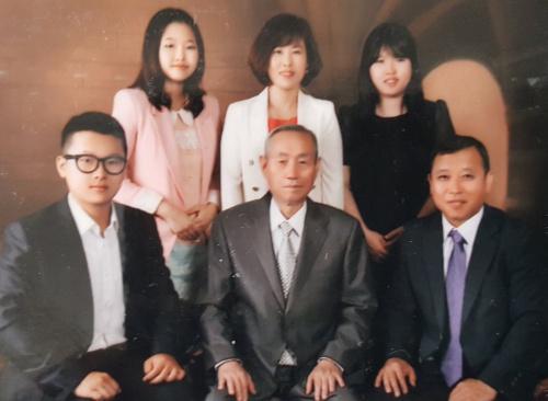 Lý Tương Hiệp (ngồi, chính giữa) và Lý Công (phải) trong bức ảnh chụp cùng gia đình. Ảnh: Nhân vật cung cấp.