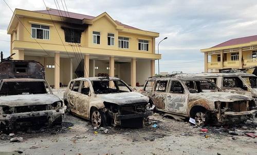 Ôtô của cảnh sát và trụ sở Phòng PCCC Bình Thuận ở Phan Rí Cửa bị đốt, phá hư hỏng nặng. Ảnh: Phước Tuấn.