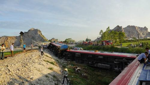 Hiện trường vụ tai nạn tàu SE19 ở Thanh Hóa. Ảnh: Lê Hoàng.