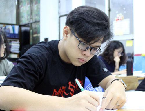 Học sinh lớp 12 trường THPT Nhân Việt ôn thi THPT quốc gia vào ban đêm. Ảnh: Yến Nhi.