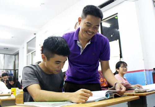 Thầy Đức hướng dẫn học trò ôn bài. Ảnh: Yến Nhi.