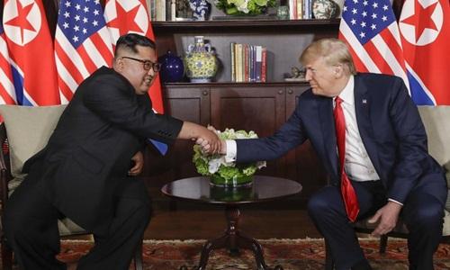 Lãnh đạo Triều Tiên bắt tay Tổng thống Mỹ trong cuộc gặp riêng. Ảnh: Reuters.