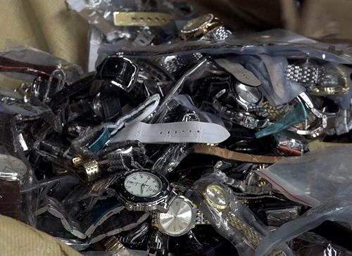 Phụ kiện thời trang giả hàng hiệu được nhập lậu về Sài Gòn. Ảnh: Sơn Hòa.