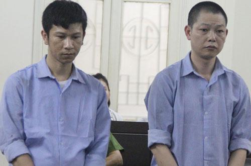Quân và Tuấn tại phiên tòa sơ thẩm (từ trái qua).