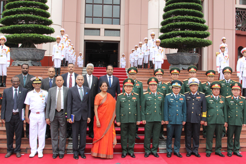 Hai Bộ trưởng chụp ảnh lưu niệm cùng đoàn đại biểu quân sự hai nước. Ảnh: H.B.