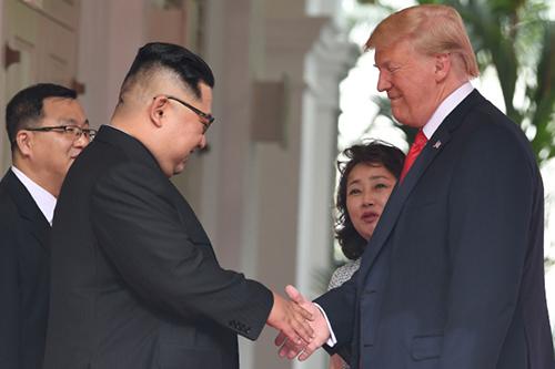 Người phụ nữ duy nhất theo sát toàn bộ cuộc gặp Trump - Kim - ảnh 1