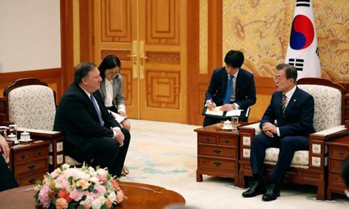 Tổng thống Hàn Quốc Moon Jae-in họp cùng Ngoại trưởng Mỹ Mike Pompeo tại Nhà Xanh hôm nay. Ảnh: Reuters.