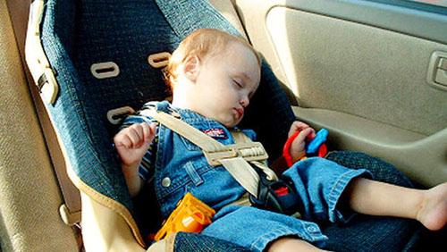 Nhiệt độ tăng cao trong xe hơi có thể khiến trẻ nhỏ tử vong. Ảnh: CBSnews.