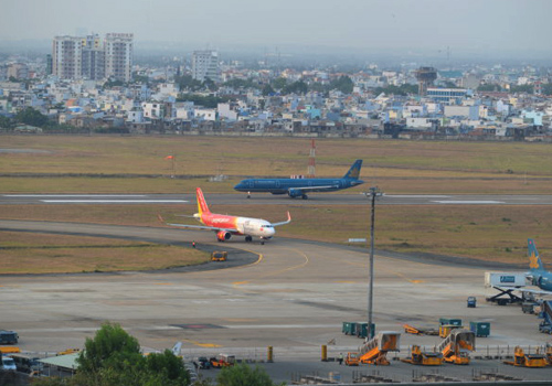 Sân bay Tân Sơn Nhất luôn có lưu lượng hành khách lớn. Ảnh: Xuân Hoa.