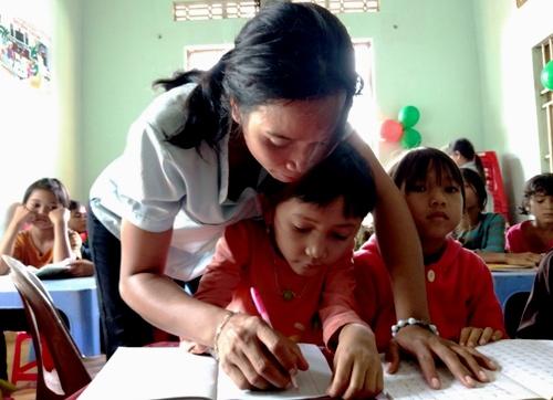 Rmah BBlao uốn nét chữ cho học sinh. Ảnh: Việt Hiến.