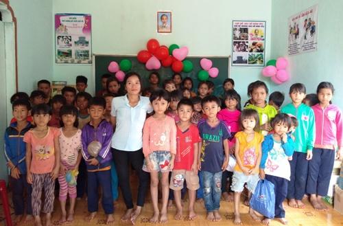 Cô giáo BLao (áo trắng) đứng trên đôi chân co quắp cùng các học trò. Ảnh: Việt Hiến.