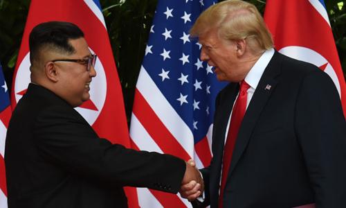 Vì sao Trump gây tranh cãi khi chào tướng Triều Tiên kiểu nhà binh?