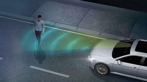 Hệ thống camera sử dụng sóng hồng ngoại có thể phát hiện người đi bộ vào ban đêm.