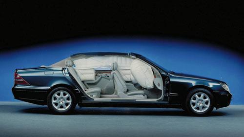 Hệ thống túi khí trên một mẫu xe Mercedes.