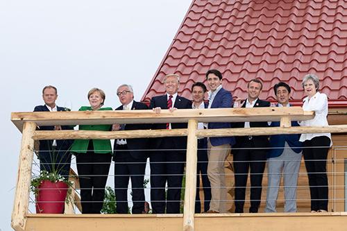 Trump chỉ trích truyền thông giả dối, đăng ảnh vui vẻ cùng lãnh đạo G7 - ảnh 1