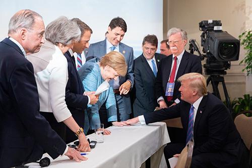 Trump chỉ trích truyền thông giả dối, đăng ảnh vui vẻ cùng lãnh đạo G7 - ảnh 2