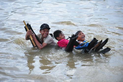 Trẻ em vô tư nô đùa trên sông mà không phải em nào cũng có kỹ năng bơi lội đúng cách. Ảnh: Tannobi.
