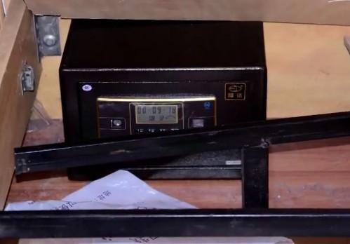 Chiếc két sắt cất tiền của nạn nhân vẫn còn nguyên.